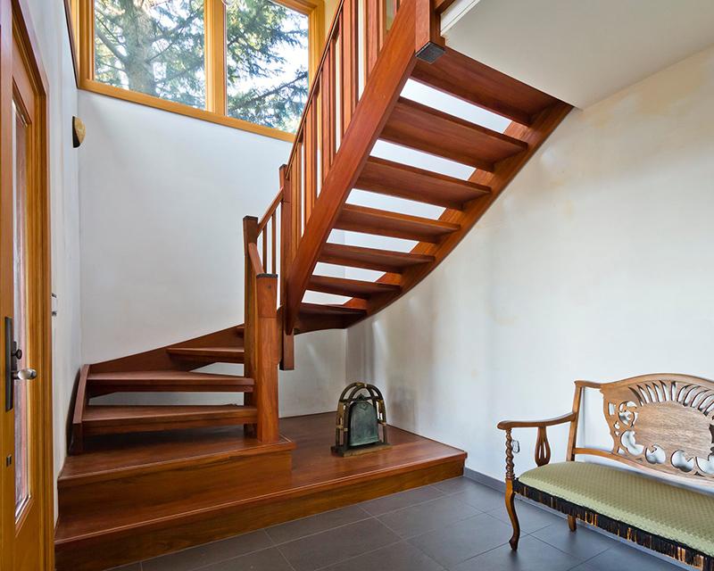 Поворотная маршевая лестница в канадском доме