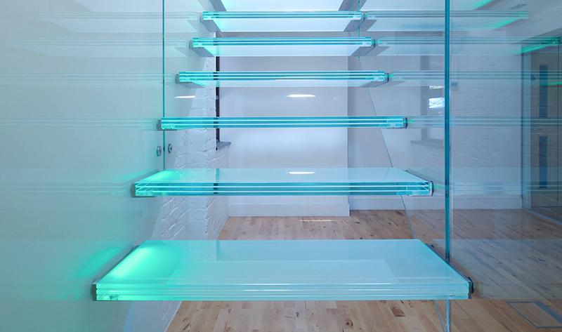 Лестница из стекла в частном доме