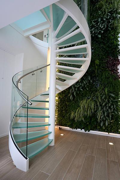 Винтовая лестница в канадском доме