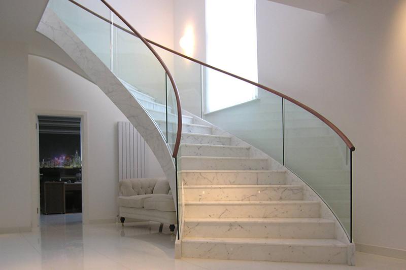 Каменная лестница в коттедже