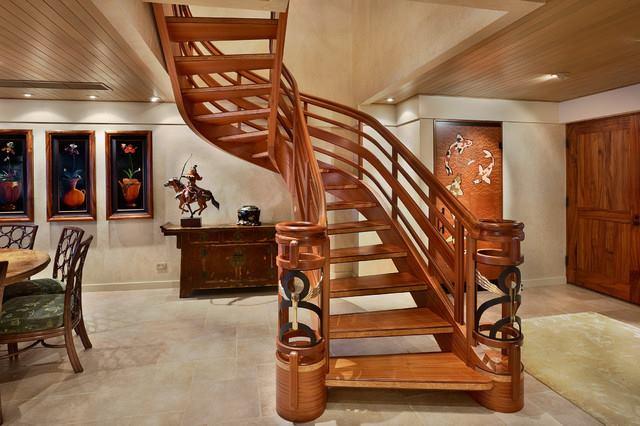 Лестница из дерева в доме под ключ