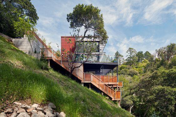 дом на крутом склоне