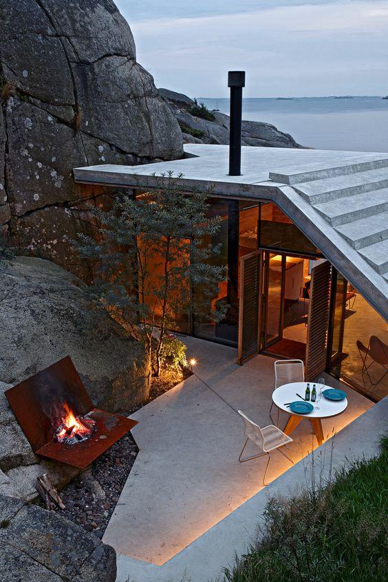 крыша дома у скалы