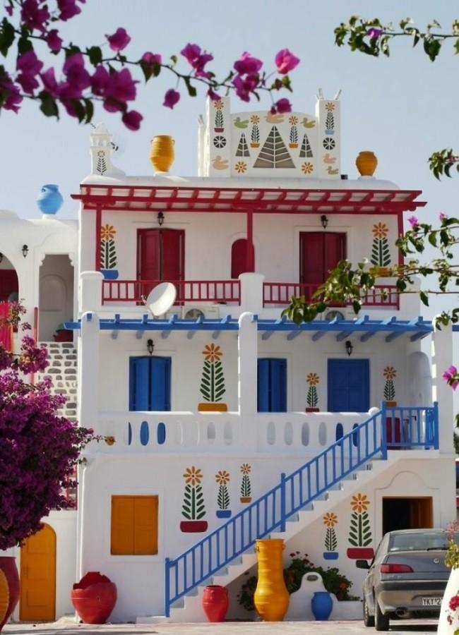 цветной фасад греческого дома