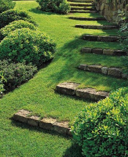 каменная садовая дорожка и газон