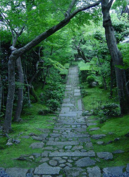 каменная садовая дорожка