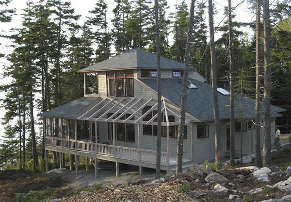 дом на холмистом берегу озера