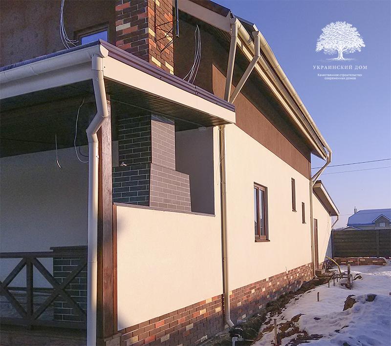 """Канадский дом из сип панелей - объект компании """"Украинский дом"""" в Запорожье - вид на готовый дом со стороны веранды с барбекю"""
