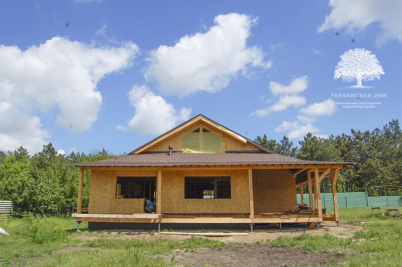 """Канадский дом из сип панелей - объект компании """"Украинский дом"""" в Запорожье - вид на приватный фасад, обращенный к реке"""
